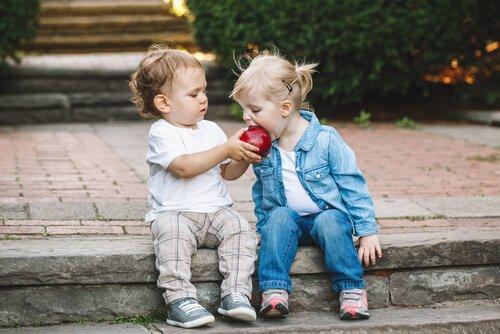 La meilleure façon d'apprendre le partage à votre enfant